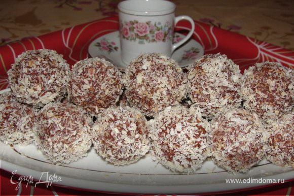Готовые шарики обвалять в кокосовой стружке и поставить в холодильник примерно на один час. Приятного аппетита!