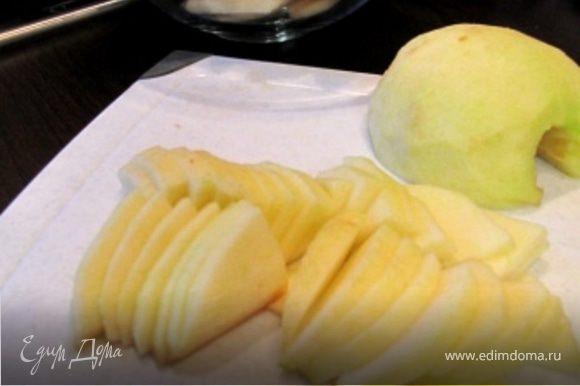 Яблоки очистите и нарежьте тонкими ломтиками.
