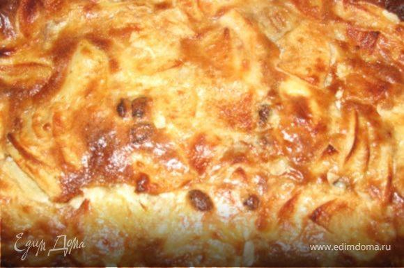 Выложите в форму на тесто, сверху разложите нарезанное хлопьями сливочное масло и выпекайте 35 минут при 200 °С. Приятного аппетита!!!