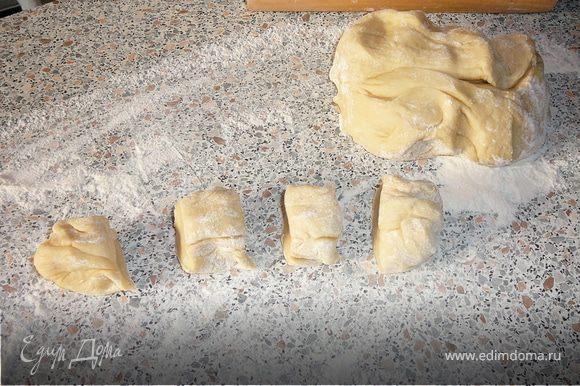 Тесто разделяем сначала на небольшие кусочки, размером с половину кулака. Скалкой раскатываем в плоский круг размером с блюдце.