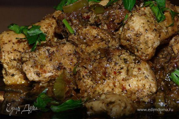 Через пару минут, добавить мясо со всем его маринадом. Тушить до готовности курицы, подливая воду, если нужно