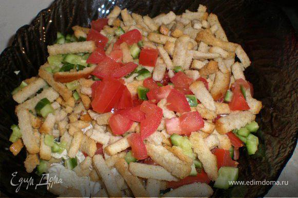 Пекинку нарезать соломкой, огурец и помидор, перец болгарский кубиками, сухарики со сметаной, заправить майонезом и сметаной.По вкусу соль.
