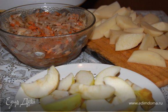 Картофель чистим и режем на свое усмотрение, мой муж любит, чтобы мелко было порезано, режем яблоки и удаляем сердцевину, утку солим и перчим с двух сторон. Укладываем в форму (или на противень) наши ингредиенты. Капуста в процессе очень сильно уменьшается в объеме, так что не стесняемся, кладем побольше. Отправляем все в разогретую до 220 градусов духовку и забываем о нашей утке на час минимум, а лучше на полтора. Один раз стоит подойти и утку перевернуть, чтоб с обеих сторон подрумянилось. Приятного аппетита!