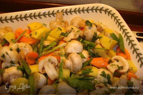 Уложите все овощи, лук и грибы в противень, полейте 2 ст.л. растительного масла с чесноком, аккуратно перемешайте. Поставьте форму в духовку и запекайте 30 мин. до готовности картофеля, время от времени осторожно перемешивая.