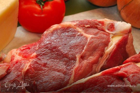 Берем недорогую, но свежую говядину, в моем случае край на кости. (В 80-х обычно продавались в универсамах «замороженные глыбы» мяса, за которыми надо было еще и очередь отстоять.) Снимаем мякоть, нарезаем тонкими кусочками и хорошенько отбиваем. Затем выкладываем в глубокий противень, смазанный растительным маслом, покрывая всю поверхность. Равномерно посыпаем мясо солью, перцем, паприкой и чабрецом.