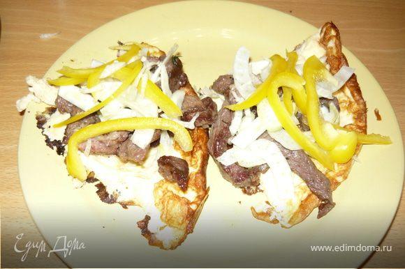На тарелку выложить сначала омлет, потом мясо, потом овощи. Заправить например смесью майонеза и горчицы.