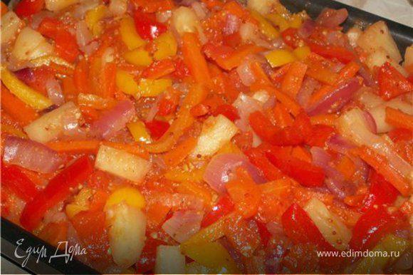 Подготовить овощи. Морковь порезать соломкой, перец-полукольцами, лук также полукольцами, ананас - кусочками. Помидоры ошпарить кипятком, очистить от шкурки и порезать крупными кусками. В сковороде разогреть немного растительного масла, заложить морковь, обжаривать в течении 7 -10 минут, далее положить в сковородку лук, помидоры, перец, тушить ещe около 5 -7 минут, в конце добавить помидоры, ананасы, мeд, соевый соус, соль и перец и 1 ст. л. горчицы. Тушим минут десять.