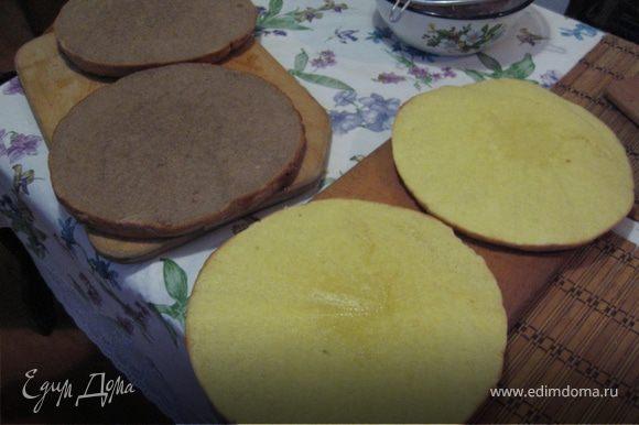 Выпекаем два коржа бисквита белый и темный. Для этого растираем желтки с мукой и 2 ст. ложками сахарной пудры. Взбиваем белки с щепоткой соли в крепкую пену и осторожно вводим их в тесто. в 1/2 теста добавляем какао, Разливаем по формам и выпекаем при 200С. Коржи разрезаем вдоль и пропитываем коньяком.