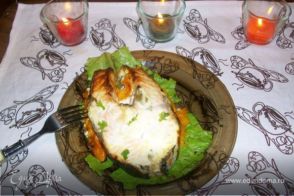 рубим эстрагон (лучше свежий) и перемешиваем со сметаной. Выкладываем сметану поверх рыбки густым слоем. Поверх трем сыр. Ставим все в разогретую духовку. Выпекаем 30 мин при t=200-220градусов. Готовое блюдо можно выложить на широкий лист салата и украсить свежей зеленью. Приятного аппетита!!!