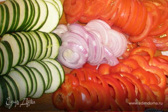 Кабачок, лук помидоры и перец нарезать колечками.
