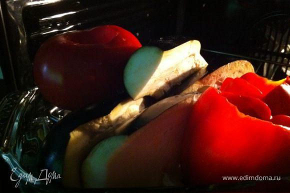 Промыть тщательно и выложить в блюдо для запекания все овощи. Поставить в духовку при температуре 200 гр. Отварить белую фасоль в подсоленной воде (фасоль не должна развариться, лучше оставить ее немного твердой, или также запечь в небольшом количестве бульона из овощей). Порубить зелень и орехи.