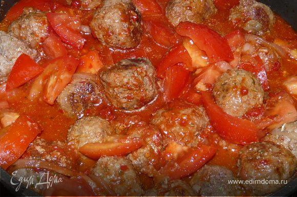 Тефтели можно сделать заранее. Хлеб, замоченый в молоке, немного отжать, в блендере промолоть все компоненты, кроме томатов и пасты. Скатать маленькие шарики, обжарить на оливковом, потом добавить пасту, немного воды и помидоры. Приправить и тушить до готовности.