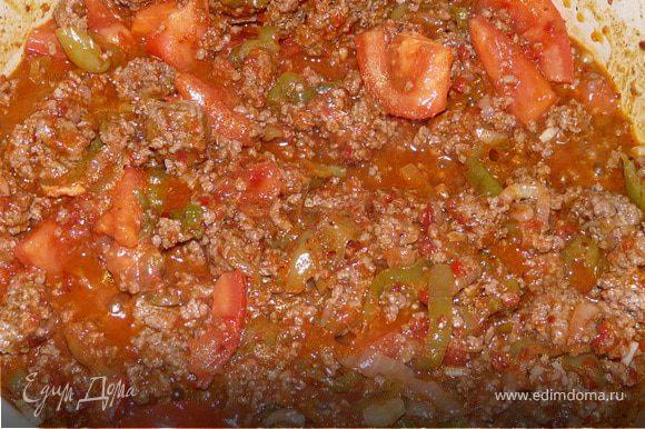 Теперь положить травы и специи, томатную пасту, помидоры. Влить пиво. Тушить чуть больше часа, пока мясо не приготовится, ближе к концу добавить фасоль. При подаче можно посыпать сыром.