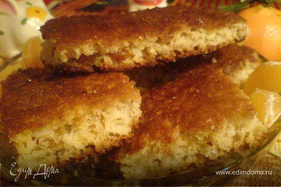 """Теплый пирог смазать тёплым мёдом и посыпать сахаром с солью,разрезать тёплым,т.к. после охлаждения будет крошится. Я,когда смазала и порезала,часть """"печений"""" поставила под гриль-получилась карамельная корочка!(Но с этим не торопитесь-на любителя)"""