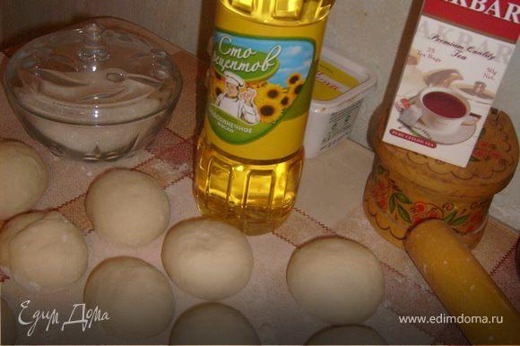 Дрожжи развести в теплой воде, добавить соль и 3ст ложки сахара, 3 ст ложки масла, ванилин. Смешать с мукой и замесить тесто. Поставить в теплое место, чтобы подошло. Тесто нарезать кусочками, скатать из них шарики и оставить в теплом месте на 15 мин.