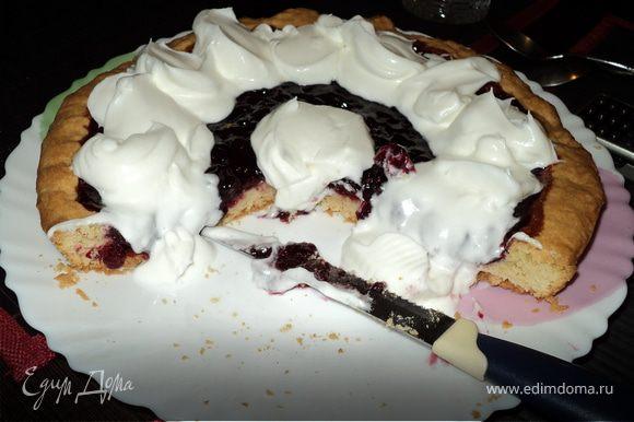 Взбитые сливки выкладываем ложкой на остывший пирог и быстренько приглашаем домашних и любимых на чай с пирогом. Быстренько, потому что эти сливки тают =) Приятного аппетита!