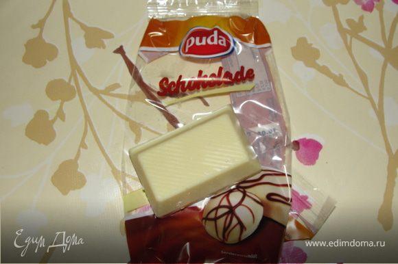Белый шоколад порубить. 2/3 белого шоколада растопить на водяной бане. Добавить корицу, оставшуюся 1/3 порубленного шоколада, миндаль и ягоды. Перемешать.