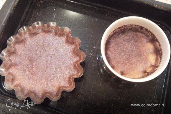 Взбейте яйца миксером до пышноты, влейте остывшее молоко с медом. Вылейте массу в формочки и поставьте в духовку(в противень с водой) на минут 30-40, до загустения массы.