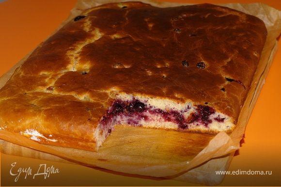 Как только духовка нагреется - отправляем наш пирог печься, а начнет зарумяниваться (минут через 15) - убавляем температуру до 180 градусов. Мой испекся за 40 минут. А вкусный - то какой получился!