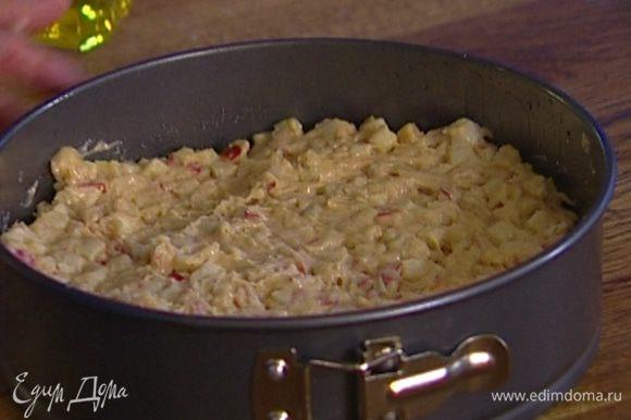 Форму для выпечки смазать растительным маслом и равномерно выложить в нее тесто. Выпекать в разогретой духовке 35–40 минут, готовность проверить спичкой.