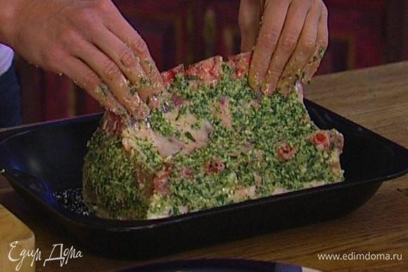 В глубокий противень насыпать морскую соль, уложить на нее мясо кожей вниз и отправить в разогретую духовку.