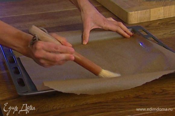 Противень застелить бумагой для выпечки, смазать ее растительным маслом.
