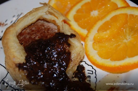 Выкладываем мясо на тарелку, поливаем соусом и подаем немедленно!Мясо получилось непересушеное Я украсила свое блюдо тонко нарезанными апельсинами и посыпала тарелку корицей.Мясо получилось сочное, а соус очень необычным , сама такого вкуса не ожидала, осталась очень довольна. Кстати, когда мясо было съедено, выяснилось, что апельсины тоже отлично подошли к этому соусу. Приятного Вам аппетита! ОПАСАЙТЕСЬ ПОДДЕЛОК!