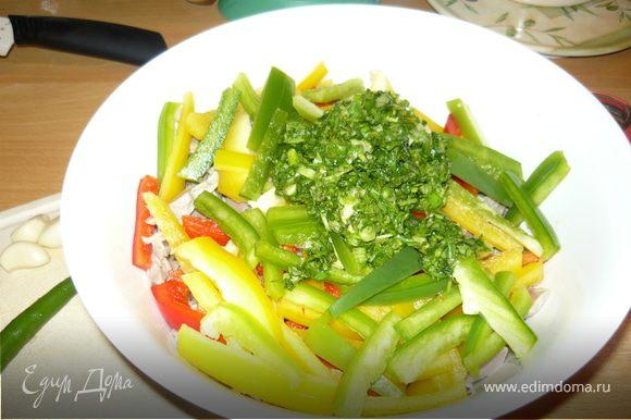 Семена кунжута обжарить в растительном масле, добавить к салату. Наверх положить раздавленный чеснок и острый перец. Залить все раскаленным растительным маслом и перемешать.
