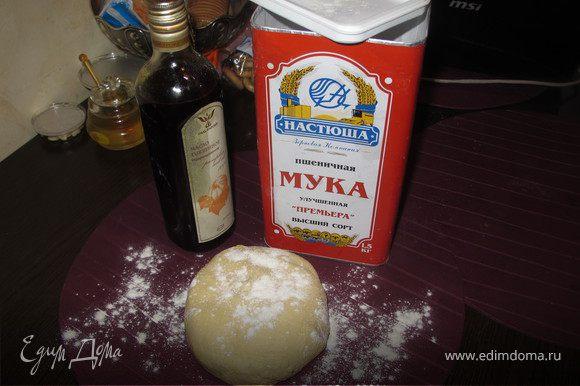 Тесто: В теплое молоко добавить дрожжи, размешать и дать постоять несколько минут. Яйцо с желтком хорошо взбить с солью, тоненькой струйкой добавить в молоко постоянно помешивая, добавить 2 ст.л. масла. Потехоньку добавить просеянную муку.Тщательно вымесить и сформировать шарик, положить его в глубокую миску, посередине сделать дырочку и влить масло, накрыть полотенцем и отправить на 1 час в теплое место.