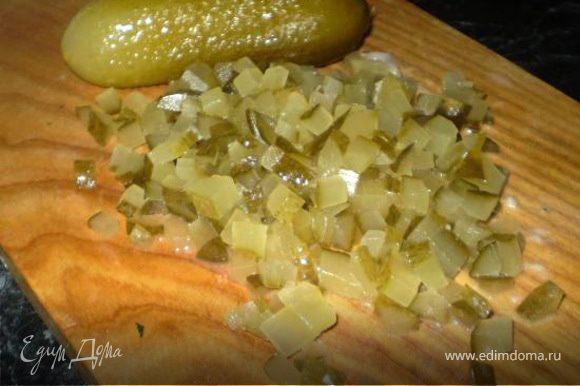 В большой салатной миске смешиваем все овощи. Делаем винегретную заправку: смешиваем горчицу, молотый чёрный перец, сухой или свежий укроп, оливковое масло. Соль не нужна. Роль соли играют огурчики и селёдочка.
