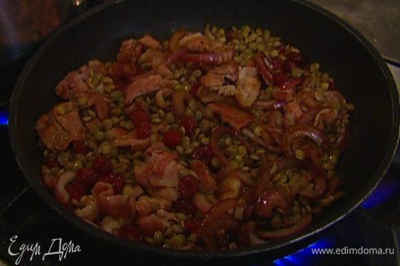 В глубокой сковороде слегка обжарить бекон вместе с луком, добавить вишню и отваренную чечевицу, влить бальзамический уксус и коньяк, все перемешать.