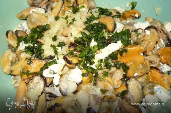 Отварить лумакони аль денте. Приготовить начинку: смешать мидии, мелко нарезанный кубиками сыр, травки - у меня был свежий базилик.