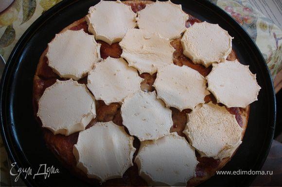 Когда корж остынет, достать его из формы, промазать сверху джемом, затем выложить в один слой нарезанный зефир.