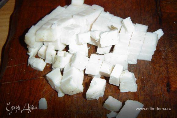 Карпа моем и натираем снаружи и внутри солью.Чистим лук и нарезаем маленькими кубиками.Сало свежее нарезаем также небольшими кубиками.