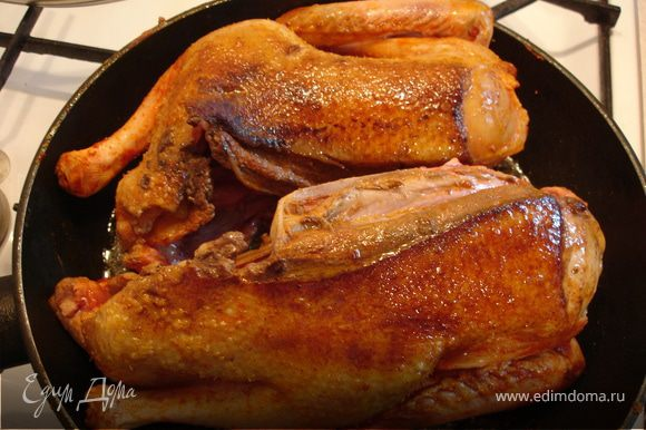В форме с высокими бортами, которую можно ставить в духовку, разогреть растительное масло и обжарить половинки утки со всех сторон. Затем поставить в духовку и жарить утку 30 минут.