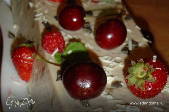 Готовый торт украшаем белым и черным шоколадом, а также ягодами.