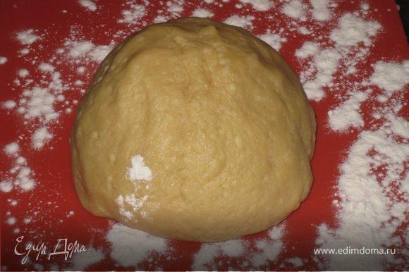 Натереть на мелкой терке сыр, добавить 1 яйцо, добавить растопленное на водяной бане масло, сметану с чайной ложкой соды, муку. Вымесить мягкое, но не липкое тесто.