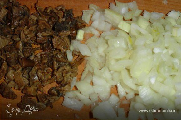 Для фарша грибы замочите в холодной воде, затем отварите в той же воде. Отвар процедите. Грибы промойте, мелко порубите, обжарьте на масле, соедините с нашинкованным и обжаренным луком, посолите, поперчите.