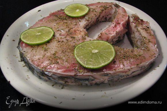 Нагреть духовку до 180. Рыбу посолить,поперчить,посыпать травами,сбрызнуть соком лайма,маслом и выложить кольца лайма. Запекать в духовке 30-40 мин.