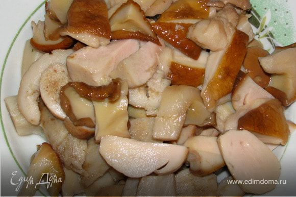 Белые грибы разморозить, или хорошенько отмочить, если вы используете маринованные грибы.