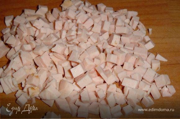 Снимаем оболочку с вареной колбасы и нарезаем мелкими кубиками.