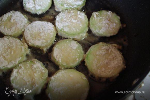 """""""Стаканчики"""" из кабачков смазываем внутри сливочным маслом и немного присаливаем и отправляем в духовку запекать при температуре 180 гр. 20-25 минут. Оставшуюся половину кабачка нарезаем кружочками,обмакиваем их во взбитом яйце, затем в муке и обжариваем."""
