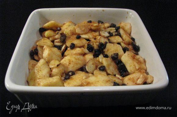 Духовка 180. Яблоко нарезать маленькими дольками,смешать с миндалем, изюмом, корицей, сахаром(2ст.ложки), лимонным соком.
