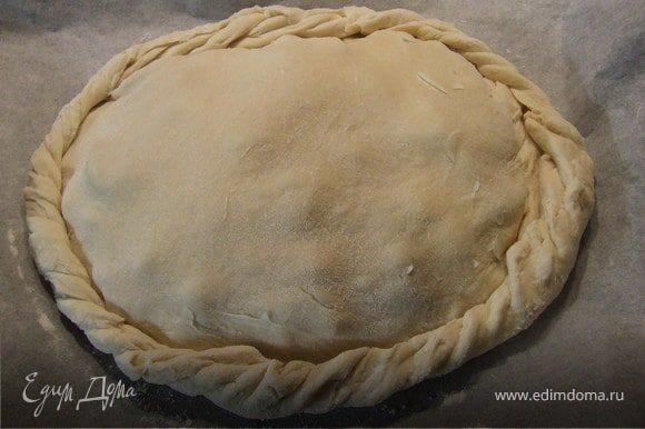 Начинка: нарезать яблоки, груши. Клюкву помять. Перемешать фрукты и ягоды с сахаром, корицей и крахмалом. Тесто разделить на 2 части. Одну часть раскатать кругом и выложить на противень. Выложить начинку. Вторую часть теста раскатать также кругом и накрыть начинку. Скрепить края пирога косичкой.