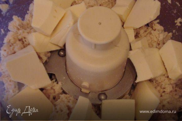 К измельченной курятине добавляем плавленый сыр и перемешиваем до однородной массы.