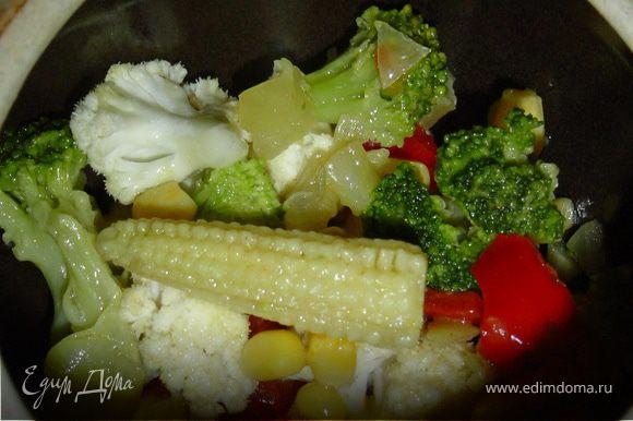 Все овощи, кроме лука, перемешиваем и выкладываем на дно горшочков.