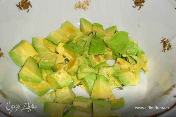 Из авокадо удалить косточку, вынуть мякоть и нарезать кубиками. Сбрызнуть соком лимона.