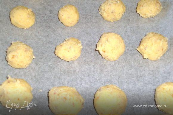 На противень постелить бумагу для выпечки, из теста сформировать шарики.