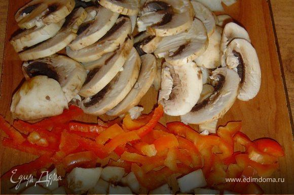 Когда фрикадельки готовы, приступаем к овощам. Лук очищаем и нарезаем полукольцами,грибы нарезаем пластинками. Перец очищаем от семян и режем небольшими кусочками. Баклажаны нарезаем кубиками.
