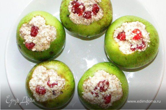 Перемешать творог,мёд,вяленую вишню и корицу.Начинить яблоки смесью.
